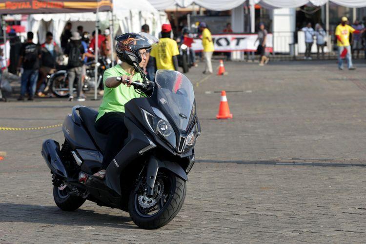 Pengunjung test ride sepeda motor yang dipamerkan saat ajang Indonesia International Motor Show (IIMS) 2017 di JI Expo, Kemayoran, Jakarta, Sabtu (29/4/2017). Ajang pameran otomotif terbesar di Indonesia ini akan berlangsung hingga 7 Mei mendatang.