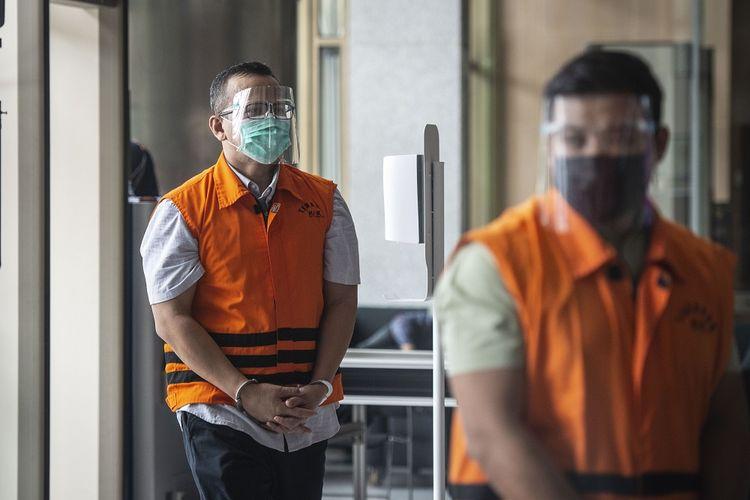 Tersangka kasus dugaan suap izin ekspor benih lobster Edhy Prabowo (kiri) dan Andreau Pribadi Misata (kanan) bersiap menjalani pemeriksaan di Gedung Komisi Pemberantasan Korupsi (KPK), Jakarta, Senin (22/2/2021). KPK memperpanjang masa penahanan mantan Menteri Kelautan dan Perikanan Edhy Prabowo itu untuk 30 hari ke depan, sedangkan Andreau Pribadi Misata menjalani pemeriksaan lanjutan untuk kasus yang sama. ANTARA FOTO/Aprillio Akbar/rwa.