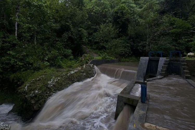 Dengan bantuan dana dari sejumlah lembaga, Desa Kamanggih juga memanfaatkan air untuk pembangkit listrik mereka.