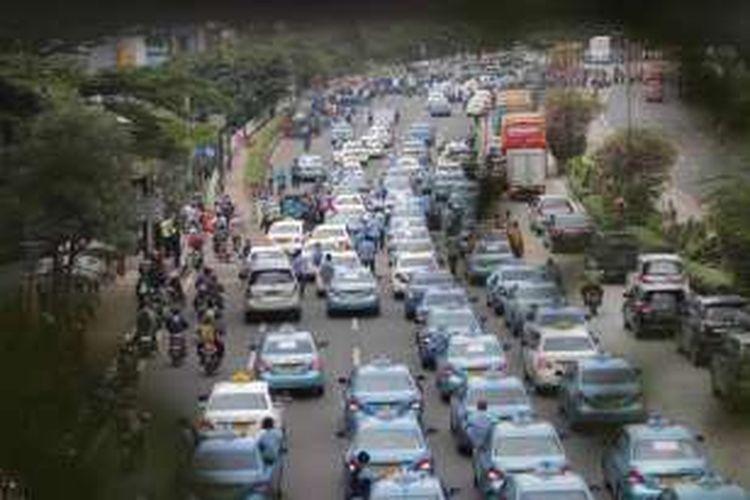 Gabungan sopir taksi dan bajaj melakukan aksi demonstrasi di sepanjang Jalan Sudirman, Jakarta, Selasa (22/3/2016). Mereka menuntut pemerintah menutup angkutan umum berbasis online karena dianggap mematikan mata pencaharian mereka.