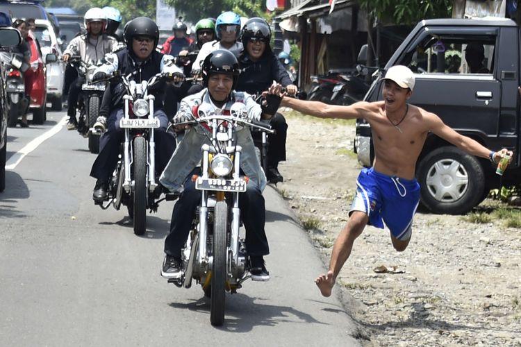 Presiden Joko Widodo mengendarai motor Chopper Royal Enfield 350 cc saat kunjungan kerja di Sukabumi, Jawa Barat, Minggu (8/4/2018). Terlihat di belakang ada Menteri Pekerjaan Umum dan Perumahan Rakyat Basuki Hadimuljono ikut mendampingi.
