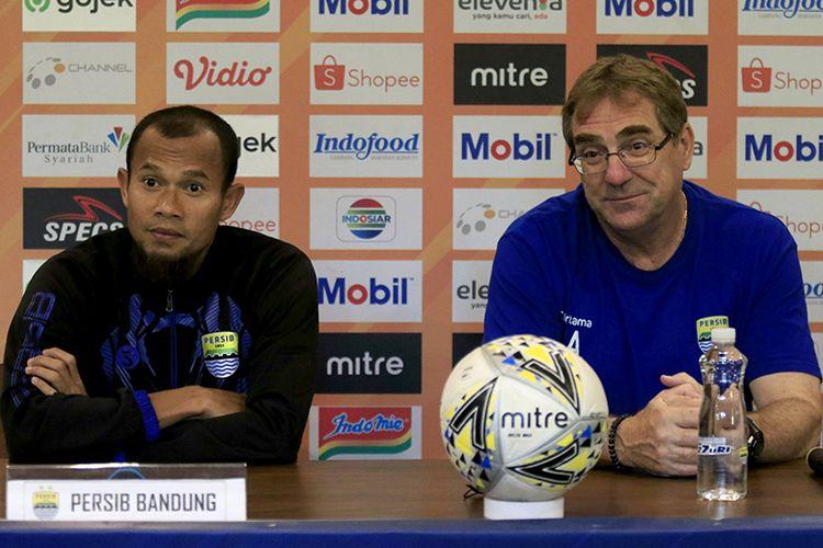 Pelatih Persib Bandung, Robert Rene Alberts (kanan), bersama kapten tim Supardi Nasir (kiri) dalam konferensi pers jelang laga melawan PSM Makassar, di Graha Persib, Sabtu (21/12/2019).