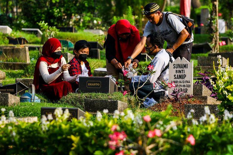 Umat Islam berdoa di depan makam keluarga dan kerabat dekat di Tempat Pemakaman Umum Karet Bivak, Jakarta, Sabtu (10/4/2021). Jelang Bulan Suci Ramadhan mayoritas umat muslim melakukan ziarah makam untuk mendoakan mendiang keluarga dan kerabat mereka. ANTARA FOTO/Rivan Awal Lingga/aww.