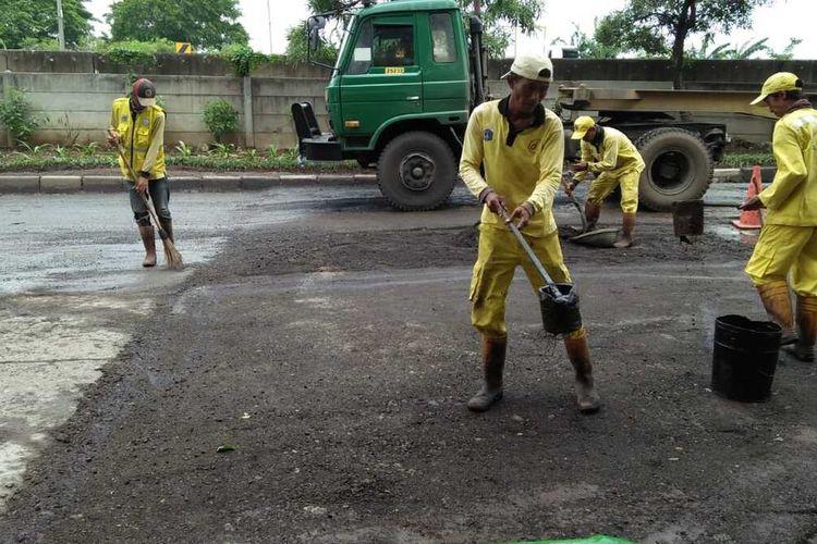 Perbaikan jalan pasca banjir oleh Sudin Bina Marga Jakarta Utara