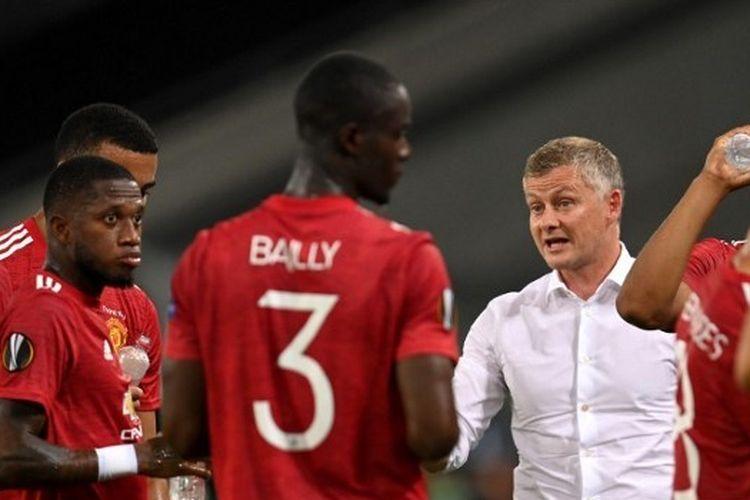 Pelatih Manchester United, Ole Gunnar Solskjaer, memberikan wejangan kepada para pemainnya dalam laga kontra Copenhagen pada perempat final Liga Europa 2019-2020.
