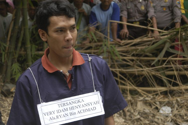 Tersangka pembunuh Very Idam Henyansyah alias Ryan tengah menjalani rekonstruksi pembunuhan terhadap 10 korbannya yang dikubur di pekarangan belakang rumah orangtuanya di Dusun Maijo, Desa Jatiwates, Kabupaten Jombang, Kamis (6/11). Dalam rekonstruksi itu, terungkap bahwa korban-korban Ryan dihabisi dengan cara dipukul  menggunakan sebatang linggis.  Kompas/Ingki Rinaldi (INK) 06-11-2008