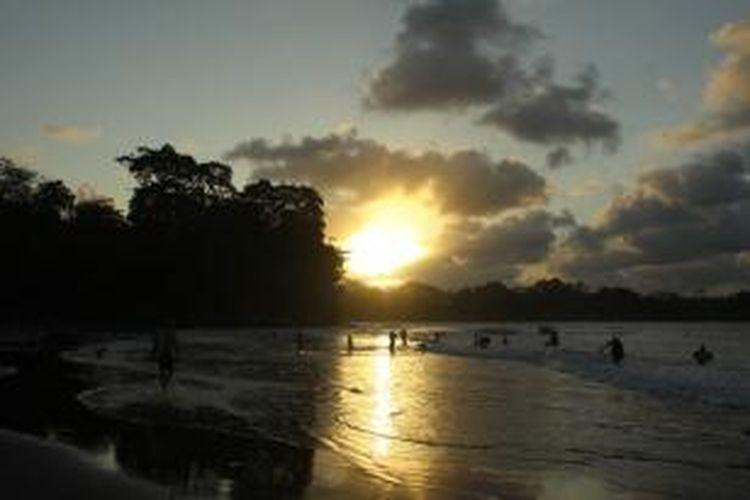 Keindahan Pantai Batu Karas Ciamis