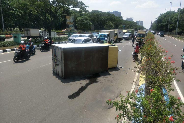Sebuah truk box terguling di jalan Benyamin Sueb, Pademangan Timur, Jakarta Utara pada Selasa (24/11/2020).