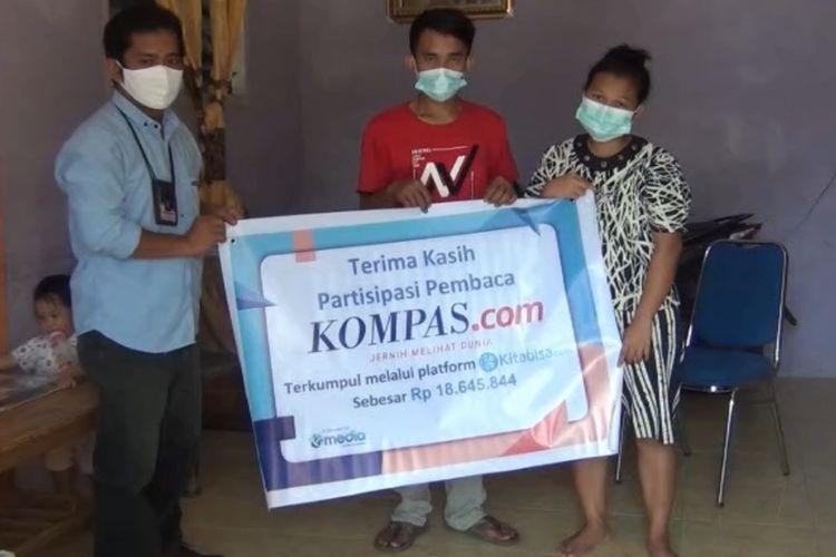 Perwakilan Kompas.com dan Kompas TV menyerahkan bantuan pembaca dan pemirsa Kompas TV, kepada orang tua Nadine Sohaga Gulo di rumahnya di Desa Baruzo, Kecamatan Sogaeadu, Kabupaten Nias, Sumatera Utara, Rabu (20/10/2020).