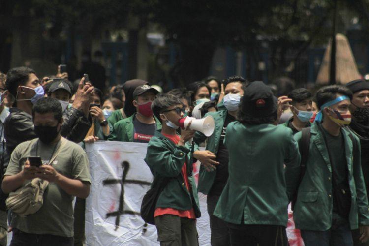 Para demonstran kembali mendatangi kantor DPRD Jabar di Jalan Diponegoro, Kota Bandung, Rabu (7/10/2020). Mereka hadir sebagai bentuk penolakan terhadap pengesahan Undang-undang Cipta Kerja.