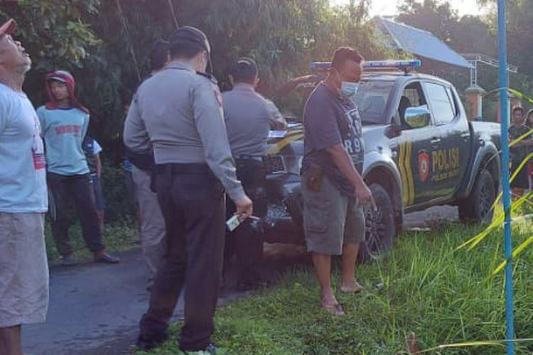Petugas di lokasi penemuan tiga warga tersengat listrik di Dusun Ngatup, Desa Kambingan, Kecamatan Pagu, Kabupaten Kediri, Jawa Timur, Selasa (23/3/2021).