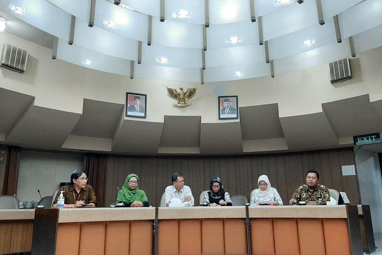 Ika Trisnawati (mengenakan jilbab hitam) Dokter Spesialis Penyakit Dalam sekaligus Konsultan Paru RSUP Dr Sardjito Yogyakarta saat jumpa pers.