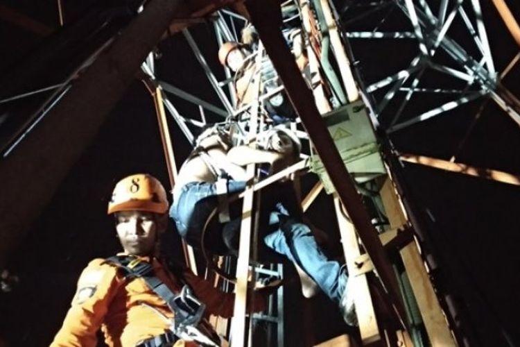Proses evakuasi pria yang naik menara telekomunikasi di Alalak, Banjarmasin, Kalimantan Selatan, Rabu (21/3/2018) malam.