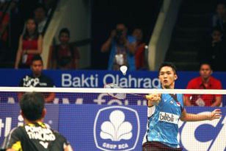 Pemain tunggal putra Indonesia, Jonatan Chritie, mengembalikan kok pemain Thailand, Boonsak Ponsana, pada babak kualifikasi BCA Indonesia Open Superseries Premier 2015 di Istora Gelora Bung Karno Senayan, Jakarta, Selasa (2/6/2015). Jonatan menang 22-20, 21-17.