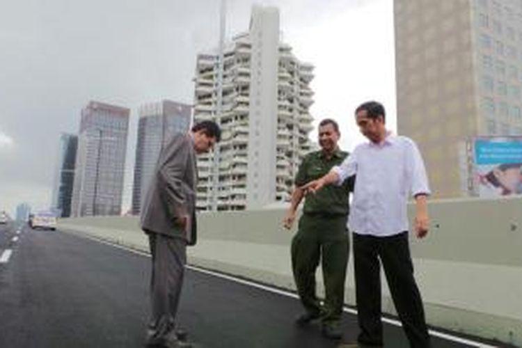 Gubernur Jakarta Joko Widodo, Kadis PU Manggas Rudy Siahaan dan anggota DPRD DKI Alaydrus meninjau Jalan Layang Non Tol.