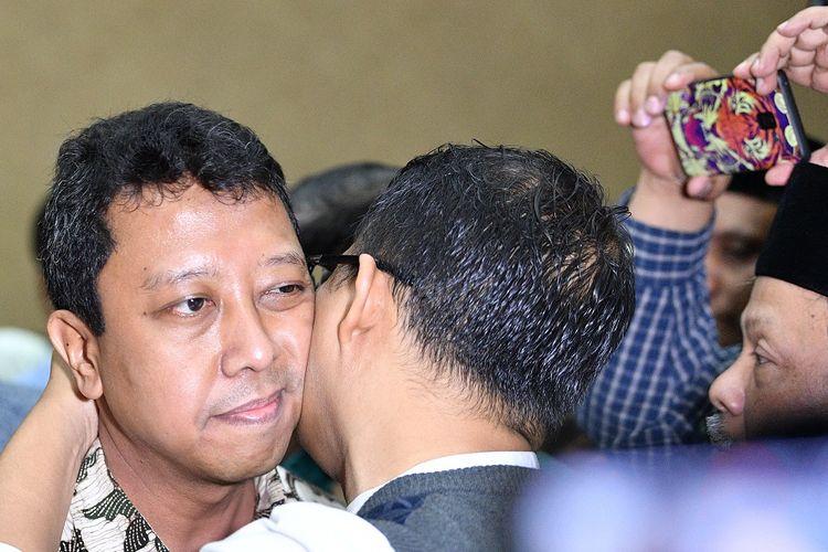 Terdakwa kasus suap jual beli jabatan di lingkungan Kementerian Agama Romahurmuziy (kiri) mendapat pelukan saat tiba untuk menjalani sidang vonis di Pengadilan Tipikor Jakarta Pusat, Jakarta, Senin (20/1/2020).