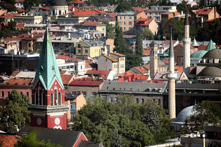 Pemandangan Kota Tua Sarajevo dengan menara lonceng dan minaret, di Sarajevo, Bosnia dan Herzegovina.