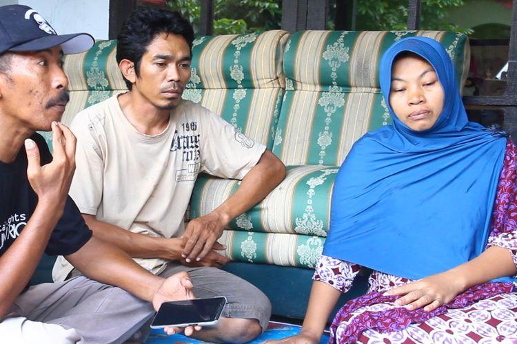 Nuril bersama suaminya, Lalu Isnaini (kaos krem), berbincang dengan aktivis SAFEnet dan PAKU (Payuguban Korban UU ITE) di rumahnya di Labuapi, Lombok Barat.