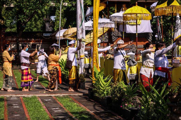 Balinese HIndus celebrate Galungan at the Aditya Jaya Temple in Rawamangun, East Jakarta on Wednesday (14/4/2021).