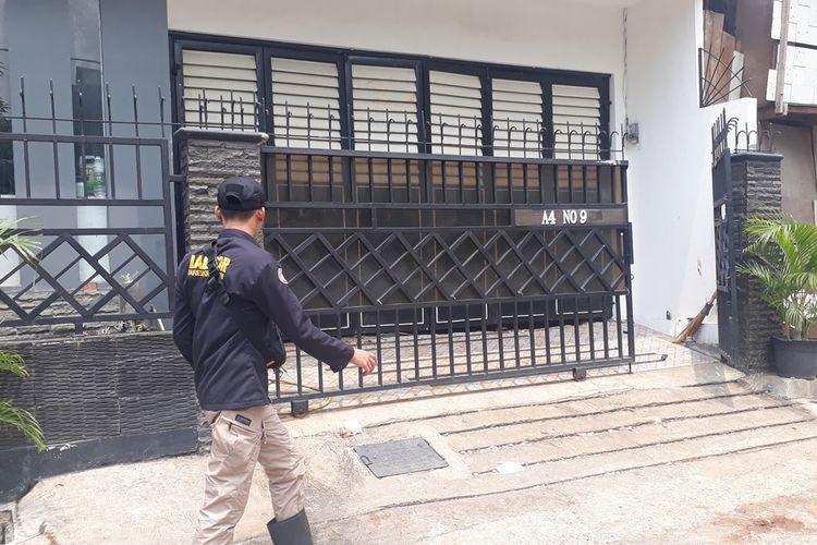 Tim Puslabfor Mabes Polri mengambil sampel pada septic tank yang meledak di rumah milik Agus Soleh di RT 016, RW 03, Kelurahan Jatinegara, Kecamatan Cakung, Jakarta Timur, Rabu (6/11/2019).