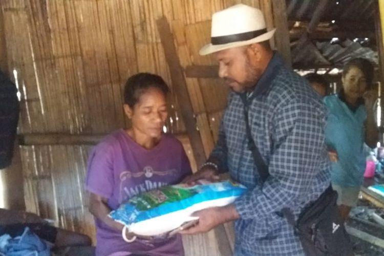 Foto : Anselmus Kortinus Da Gomez saat memberi bingkisan kepada salah satu janda miskin di Desa Watu Diran, Kecamatan Waigete, Kabupaten Sikka, Flores, NTT, Senin (16/9/2019).
