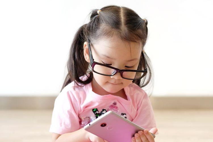 Ilustrasi anak dan gadget