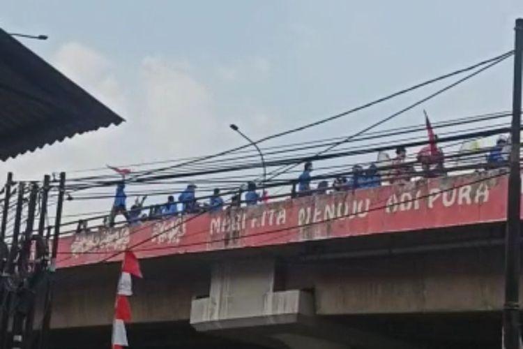 Tangkapan layar video sejumlah mahasiswa berkumpul di atas Flyover Pasar Ciputat, Jalan Raya Jakarta-Bogor, Tangerang Selatan, Kamis (26/8/2021).