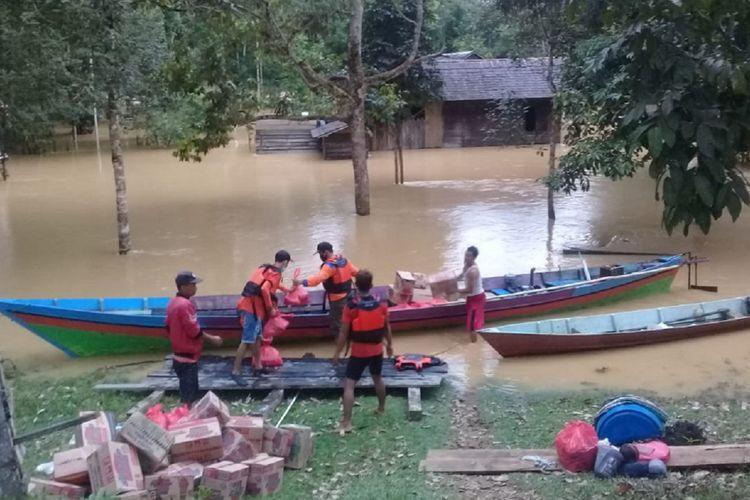 Petugas BPBD Lamandau, Kalimantan Tengah, mengangkut bantuan logistik kepada warga tujuh desa yang terdampak banjir akibat luapan Sungai Batangkawa, Selasa (8/9/2020).