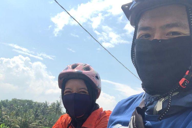Pemain PSS Sleman Musim 2020, Jefri Kurniawan bersepada bersama istri dan anaknya untuk mengisi waktu selama libur sementara Liga 1 2020 Karena wabah virus corona.