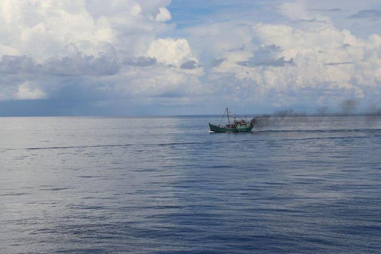 Kepal Negara (KN) Pulau Dana - 323 milik Bakamla RI atau Indonesia Coast Guard berhasil menangkap kapal ikan asing (KIA) asal Vietnam yang diduga melakukan aktivitas pencurian ikan di Laut Natuna Utara, Kabupaten Natuna, Kepulauan Riau (Kepri), Minggu (26/7/2020).