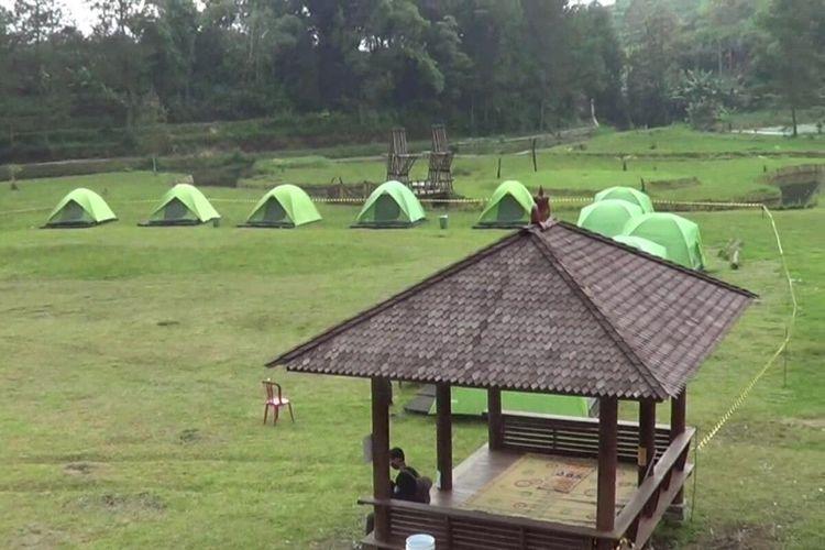Tenda karantina bagi pemudik yang masih nekat pulang kampung terpasang di objek wisata alam Telaga Madirda Desa Berjo, Kecamatan Ngargoyoso, Kabupaten Karanganyar, Jawa Tengah.