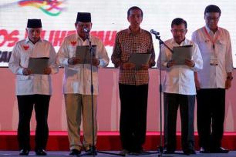 Calon presiden dan wakil presiden Prabowo Subianto-Hatta Rajasa bersama Joko Widodo-Jusuf Kalla membaca Deklarasi Pilpres Berintegritas dan Damai di Jakarta, Selasa (3/6/2014). Acara yang diselenggarakan Komisi Pemilihan Umum tersebut menandai dimulainya masa kampanye Pilpres dari 4 Juni sampai 5 Juli.
