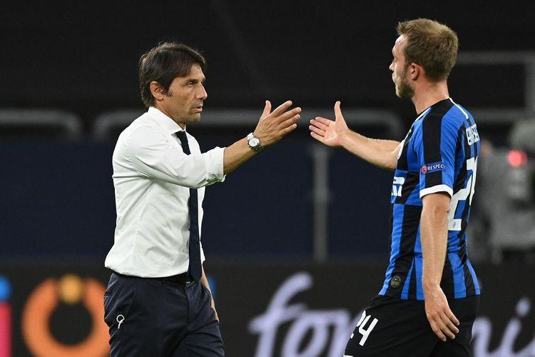 Pelatih Inter Milan Antonio Conte memberi selamat kepada Eriksen setelah pertandingan Liga Europa babak 16 besar antara Inter vs Getafe pada 5 Agustus 2020 di Gelsenkirchen, Jerman.