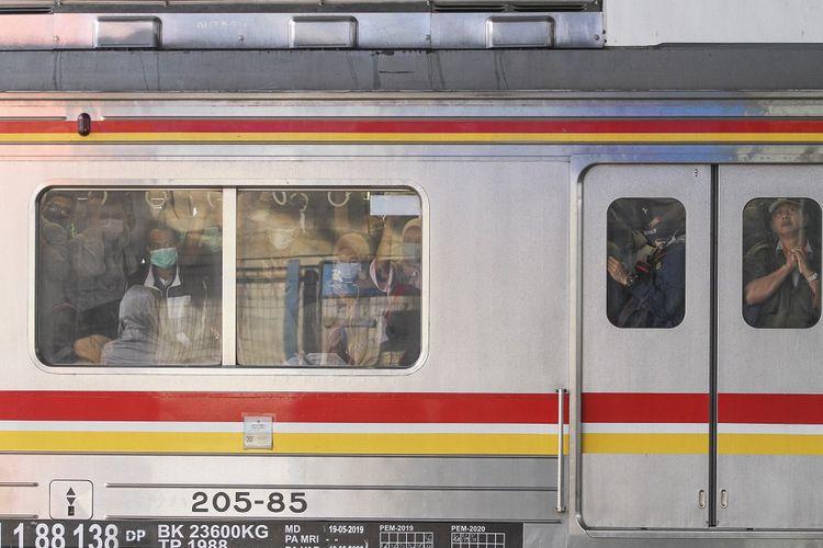 Sejumlah penumpang berdesakan di dalam KRL Commuter Line dari arah Bogor ke Jakarta Kota di Stasiun Depok Baru, Depok, Jawa Barat, Senin (23/3/2020). PT Kereta Commuter Indonesia membatalkan pembatasan jam operasional dan akan mengembalikan jam operasional Kereta rel listrik (KRL) menjadi normal mulai Senin (20/3) pukul 15.00 WIB imbas padatnya penumpang pada pagi harinya. ANTARA FOTO/Asprilla Dwi Adha/aww.