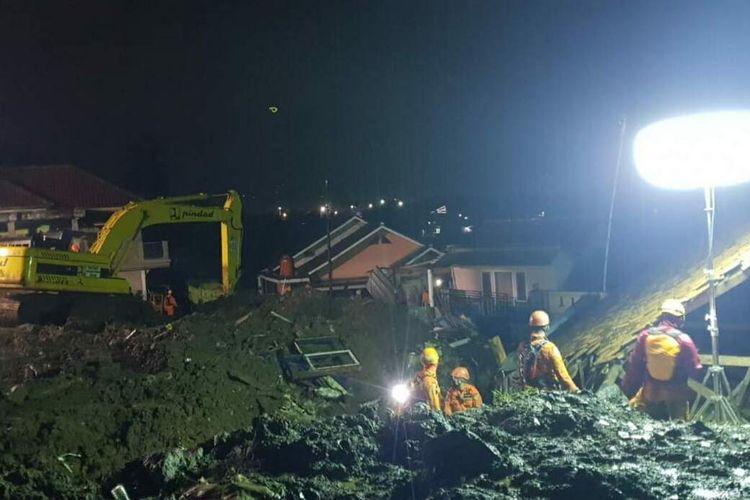 Evakuasi malam hari pada operasi <a href='https://manado.tribunnews.com/tag/sar' title='SAR'>SAR</a> hari ketiga di Desa Cihanjuang, Sumedang, Jawa Barat, Senin (11/1/2021) malam. Dok. Basarnas Bandung/KOMPAS.com