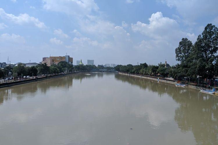 Sungai Cisadane membelah Kota Tangerang dilihat dari Jembatan Berendeng Kecamatan Tangerang Kota Tangerang, Jumat (6/3/2020)