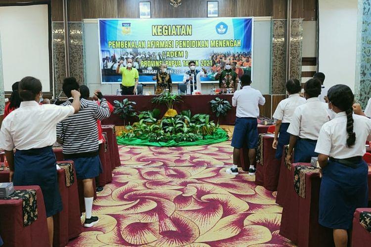 Kepala Dinas Pendidikan, Perpustakaan dan Arsip Daerah (DPPAD) Provinsi Papua Christian Sohilait melepas 350 siswa Sekolah Menengah Pertama (SMP) untuk mengenyam pendidikan di berbagai daerah yang tersebar di Pulau Jawa dan Bali.
