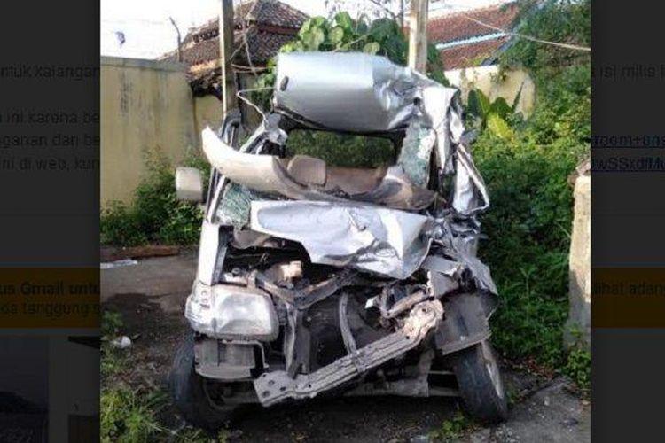 Kecelakaan melibatkan mobil Daihatsu Gran Max nomor polisi AD 8970 AL dan truk.