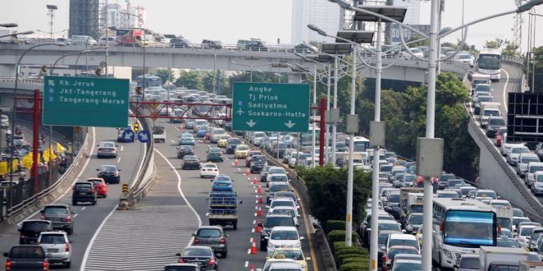 Direktorat Lalulintas Polda Metro Jaya melakukan uji coba lawan arus (contra flow) di ruas tol dalam kota Grogol-Slipi, Jakarta, Senin (25/3/2013). Uji coba dilakukan dari KM 15200 hingga KM 12400. (sepanjang 2,8 kilometer) mulai pukul 06.00 WIB-09.30 WIB, hingga 1 April 2013 mendatang.