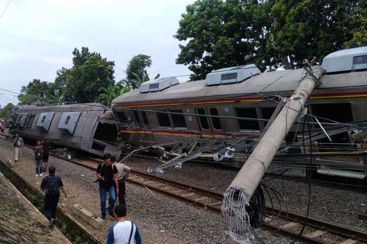 kereta rel listrik (KRL) 1722 jurusan Jatinega menuju Bogorterguling di perlintasan kereta antara antara Stasiun Cilebut dan Bogor, Minggu (10/3/2019).