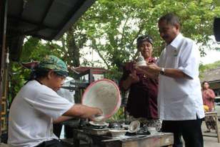 Menteri Pariwisata Arief Yahya meninjau industri kerajinan khas Borobudur di Desa Wisata Jowahan Wanurejo, Kecamatan Borobudur, Kabupaten Magelang, Jawa Tengah, Kamis (22/12/2016) sore.