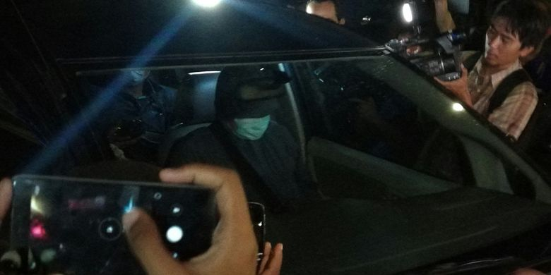 Penyidik KPK mendatangi RS Medika Permata Hijau tempat Setya Novanto dirawat akibat kecelakaan