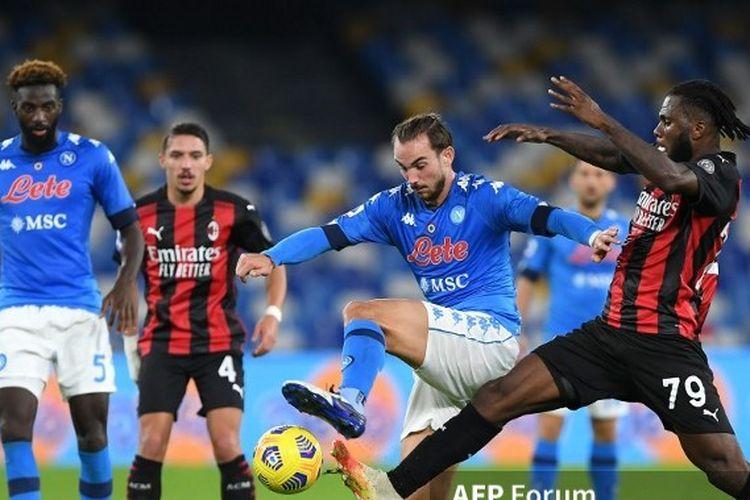 Fabian dan Franck Kessie berebut bola pada laga Napoli vs AC Milan pada pekan ke-8 Serie A Italia di Stadion San Paolo, 22 November 2020.