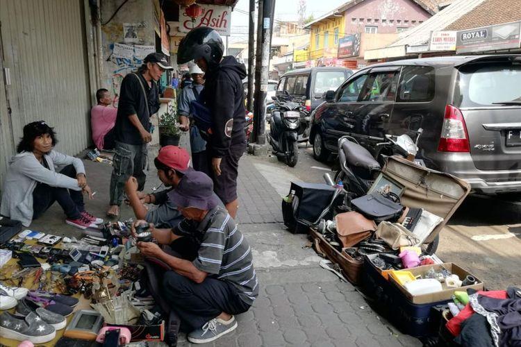Sejumlah pedagang kaki lima (PKL) menggelar lapak dagangannya di Jalan Suryakencana, Kota Bogor, Rabu (3/7/2019). Pemerintah Kota (Pemkot) Bogor pada tahun ini menganggarkan Rp 14 miliar untuk menata kawasan tersebut. Para PKl yang berjualan di sana akan direlokasi.