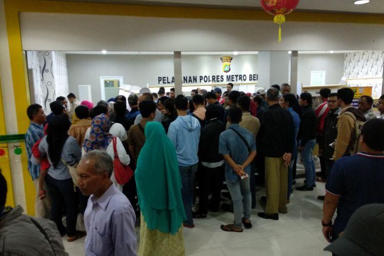 Warga mengerubungi pos pelayanan perpanjangan sim di Mal Pelayanan Publik, Bekasi Junction, Bekasi Senin (12/2/2018)