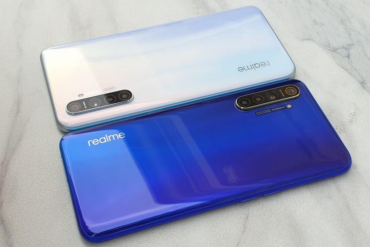 Tampilan punggung Realme XT varian Pearl White (atas) dan Pearl Blue (bawah). Realme XT mengusung empat kamera (64 MP + 8 MP + 2 MP + 2 MP) yang menempel di bagian belakangnya. Ada pula logo realme dan sebuah modul LED flash