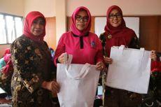 Ibu-ibu PKK Jakut Sulap Spanduk Kampanye Pemilu 2019 Jadi Tas Belanja