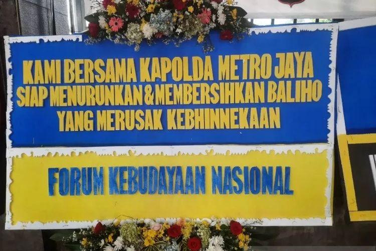 Mapolda Metro Jaya kebanjiran karangan bunga berisi dukungan terhadap Polda Metro Jaya yang mendukung langkah Kodam Jaya menurunkan paksa baliho Rizieq Shihab.