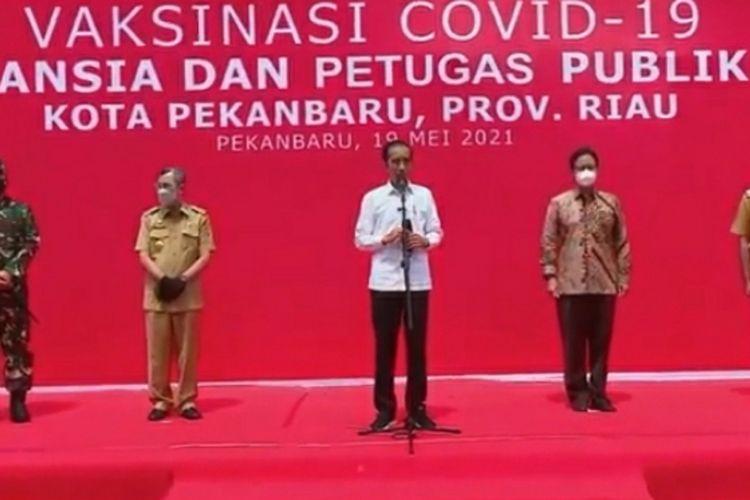 Presiden Joko Widodo saat konferensi pers usai tinjau vaksinasi di Kota Pekanbaru, Riau, Rabu (19/5/2021).