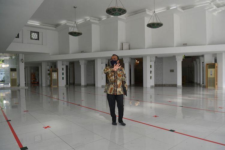 Mensesneg Pratikno menjelaskan penerapan prosedur normal baru di Masjid Baiturrahim, Kompleks Istana Kepresidenan, Jakarta, Kamis (4/6/2020). Jokowi berharap, saat masjid-masjid di wilayah DKI Jakarta mulai dibuka untuk shalat berjemaah, maka aktivitas serupa juga bisa dilakukan di Masjid Baiturrahim.